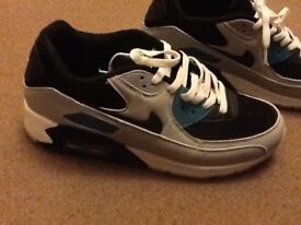 MENS NIKE AIRMAX TRAINERS SIZE 7 ( EXCELLENT CONDITION LIKE NEW ONLY GOT WORN ONCE )