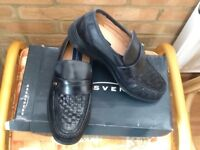 MENS BLACK LEATHER SHOES. MOCCASIN STYLE SIZE 6 / 40