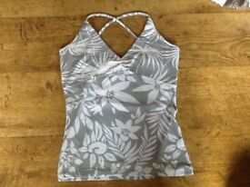 A COTE FEMME PETITE SIZE 8/10 GREY/WHITE PATTERN STRAP TOP, FITTING STRETCH ELASTINE MATERIAL