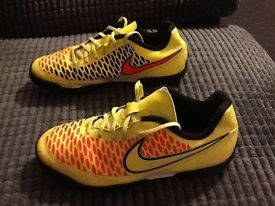 Boys Nike magesta football trainers size 2