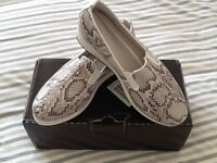 New with box, Heavenley Soles ladies shoes Size 5E (wider fit )