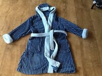 A BOYS MINI MODE HOODED BLUE STRIPE DRESSING GOWN AGE 5-6 YEARS