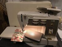 Singer 740 eletric sewing machine full working order comes with accessories and instruction manual