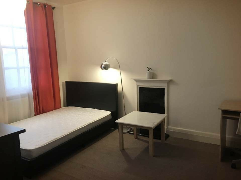 Double bed room in Sutton High Street