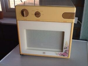 RETRO-STYLE-SMALL-MICROWAVE-OVEN-Ideal-For-Caravan-Or-Campervan