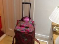Large floral travelbag with wheels