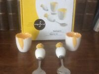 EASTER SET OF 2 LOVELY CERAMIC EASTER CHICK EGG CUPS WITH SPOONS , IN ORG BOX , UNUSED VGC