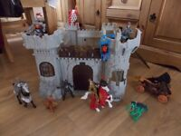 CHILDS TOY CASTLE WITH HORSES, KNIGHTS & DRAGONS