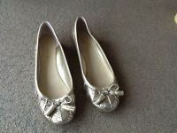 A PAIR NINE WEST GOLD COLOURED FLAT WITH TASSLE FRONT SHOES SIZE 3 - GOOD CONDITION