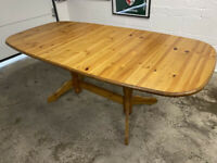 Pine Extending Dining Table in Good Condition