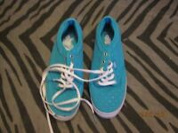 VANS TURQUOISE SIZE 4 CANVAS LACE UP WITH SILVER POLKA DOTS IN AS NEW CONDITION