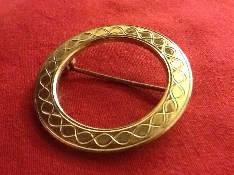Chic Vintage Brooch Lapel Pin Gold Circle With Infinite Infinity Design - $2.00