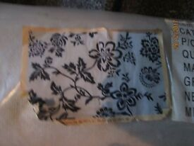 LARGE WHITE WITH BLACK PATTERNED RUG BRAND NEW STILL IN THE PACKET MEASURES 4ft x 6ft approx