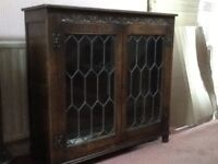 LOCKING JAYCEE OLD CHARM CARVED OAK BOOKCASE/ DISPLAY CABINET WITH GLASS LEADED LIGHT DOORS