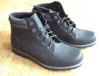 A PAIR BLACK DESERT STYLE ANKLE BOOT SIZE 8 NEW STILL HAVE TAG ON .