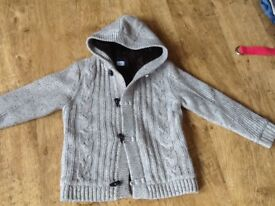 A BOYS TU CLOTHING GREY HOODED CABLE KNIT MATERIAL JACKET WITH WARM FLEECE LING & TOGGLES AGE 9