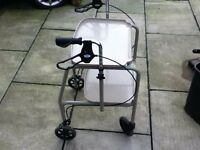 MOBILITY WALKER INDOOR WITH 2 TRAYS AND BRAKES