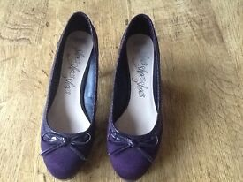 A PAIR WOMANS M&S PURPLE SUEDE HEEL SHOES WITH BOW ON FRONT SIZE 6 - VERY GOOD CONDITION.