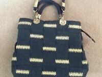 A NAVY BLUE & GOLD WEAVED PATTERN BAG WITH HANDLES & DETACHABLE STRAP