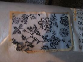LARGE WHITE WITH BLACK PATTERNED RUG BRAND NEW measures 48 inch x 70 inch or 4ft x 6ft aprpox