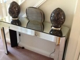 SIDE TABLE, ART DECO SYLE BEVEL EDGED MIRROR CLAD, WITH TWO COMPLIMENTARY GLOBE LAMPS AND VASE