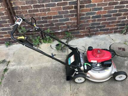 Honda HRR216VYU Self Propelled Mower with smart drive.