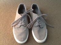 PAIR MENS HENLEYS SIZE 6 LIGHT GREY CANVAS CASUAL SHOE: VERY GOOD CONDITION ONLY GOT WORN TWICE