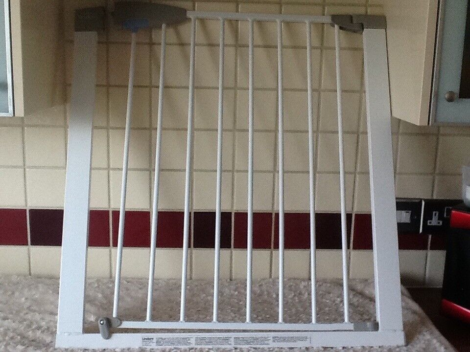 Lindam extending wooden safety gate review by bizziebaby.