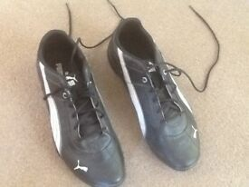 BOYS YOUTH SIZE 5 BLACK/WHITE PUMA TRAINER SHOES - STILL IN GOOD CONDITION BUT HAVE BEEN WORN.
