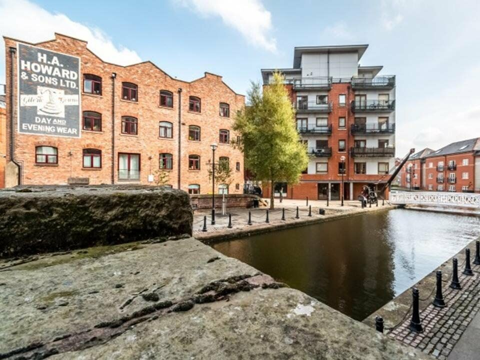 City Centre close to Picc Stn, Ancoats & Northern Quarter. Double room to let canalside apartment