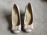 Ladies beige size 6 heel shoes with bow