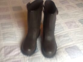 Rigger boots brown colour .