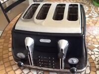 Delonghi four slice toaster and matching kettle.
