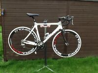 HAND BUILD DEVINCI CARBON ROAD BIKE £ 700