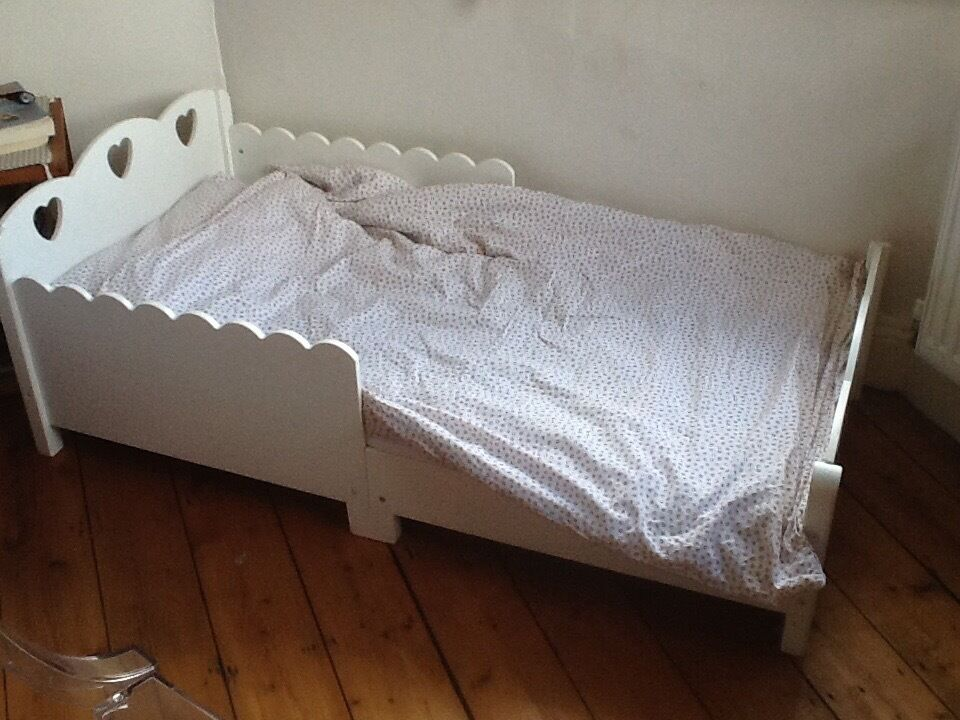 Beautiful White Heart Cot Bed Toddler In Very Good Condition With Mattress And Bedding