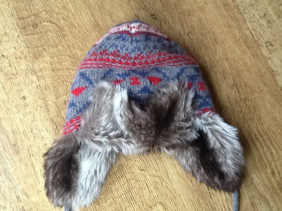 BOYS FATFACE GREY/BLUE/RED WARM FUR LINED HUNTER STYLE HAT WITH TASSLES AGE 5-9 YRS