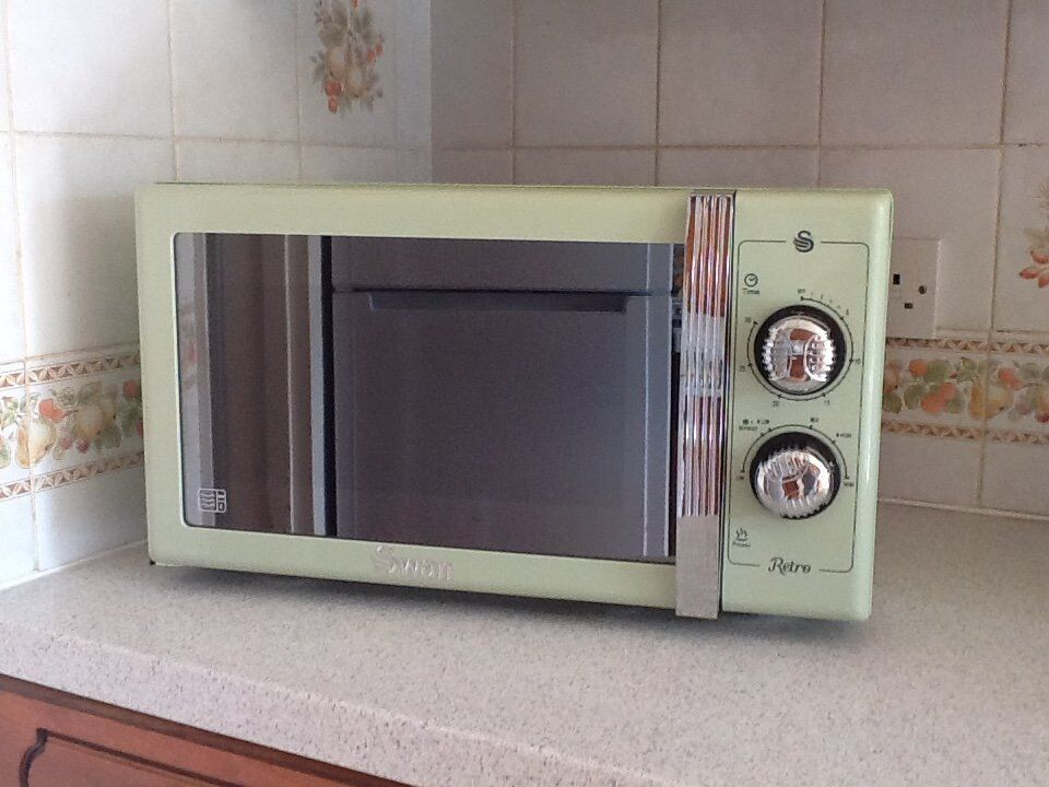 Old Microwave Oven ~ Swan retro microwave w week old in bournemouth