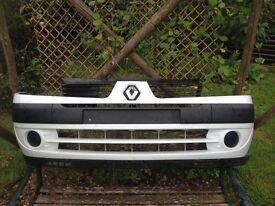 White Renault Clio front bumper unit and offside wheel arch liner suitable for 2002-2005 models