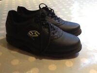 A brand new pair of size 2 boy's Dunlop golf shoes
