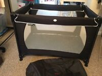 Travel cot with storage bag back/white