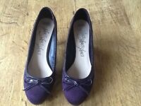 A PAIR WOMANS M&S SIZE 6 HEEL SHOES PURPLE SUADE WITH THIN LACE BOW AT FRONT- LIKE NEW
