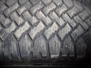 4 pneus d'hiver 195/65/15  (2 pneus Magnagrip et 2 pneus Snowtrakker), 30% d'usure, mesure 8/32.