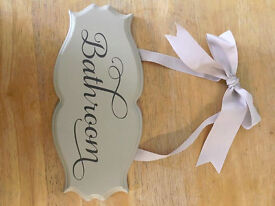A victorian style sign 'Bathroom'. In an ivory/grey tone. 24 x 10cm
