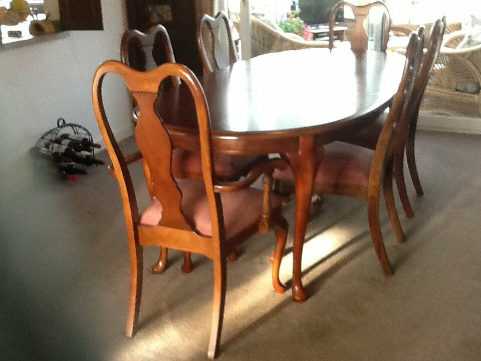 ELEGANT QUALITY DINING TABLE AND SIX CHAIRS INCLUDING TWO CARVERS