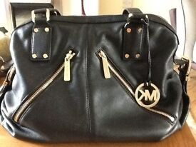 Michael kors leather bag in excellent condition original , it's black with zips on front