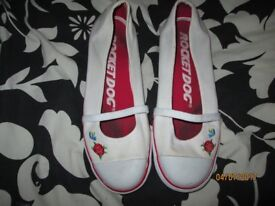 ROCKET DOGS SIZE 7 WHITE / ROSE AND BIRD LOGO ON SIDE THE RED RUN A LITTLE ON WHITE NOT NOTICABLE