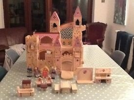 Toy castle and accessories - Melissa & Doug lovely wooden castle in very good condition
