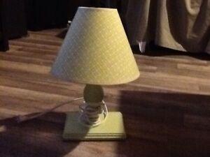 "Petite lampe verte, environ 15"" de haut"