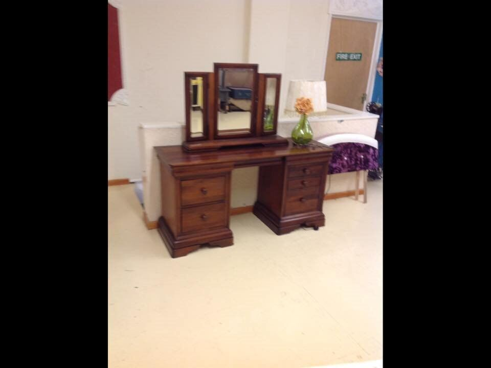 Sturdy Wooden Dressing Table With Mirror Topin Methley, West YorkshireGumtree - Sturdy Wooden Dressing Table with Mirror Top , in good condition but does need attention on one of the drawers. Ideal for a renovation project or to be left as it is