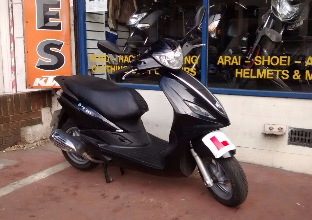 piaggio fly 125cc scooter for sale - yr 2013 with a new mot and 3